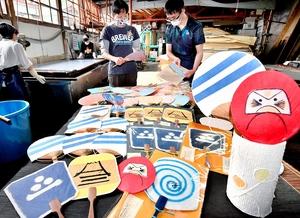 加古里子さんの作品にちなんだ越前和紙のうちわ=5月27日、福井県越前市岩本町の五十嵐製紙