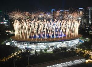ジャカルタ・アジア大会が開幕し、ブンカルノ競技場で打ち上げられる花火=18日(共同)