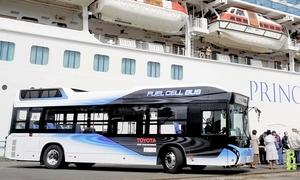 外国大型客船の見学者用シャトルバスとして試験運行した燃料電池バス=4月17日、福井県敦賀市の敦賀港