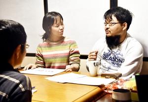 結婚に至った体験談を紹介する夫婦=2月9日、福井県南越前町今庄の「玉村屋」