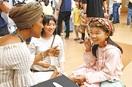児童、楽しく英語交流 県立図書館 ALTら招き…
