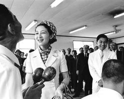 福井県を訪問され、演奏を終えた入所者に声を掛けられる皇太子ご夫妻時代の天皇、皇后両陛下。皇后さまは「立派な演奏ですね。練習するのは大変だったでしょう」と声を掛けられた=1968(昭和43)年9月5日、鯖江市の光道園