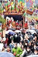 大勢の見物客でにぎわった勝山左義長まつり。マスク姿の人も目立った=2月22日、福井県勝山市本町2丁目