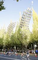 「青山まつり」のパレードで披露された秋田竿灯まつり=11日午後、東京・青山