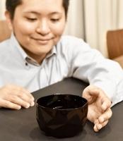 黒さが際立つゼンブラックのおわん=福井県鯖江市