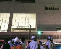 火災の起きた建設中の大型複合施設=9日午前0時16分、熊本市中央区