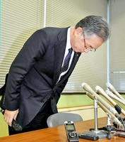 女性への不適切な行為について、記者会見を開き謝罪する福井県あわら市の橋本達也市長=12日午後3時半ごろ、あわら市役所