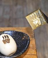 坂井高生が作った焼き印と店のロゴと湯気が刻印された煮卵