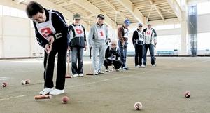 相手のボール配置も考慮した頭脳的な攻めが鍵になるゲートボール=福井市すこやかドーム