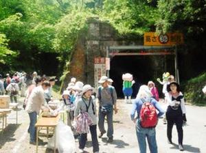 関西などから約600人が訪れ、トンネル群や今庄宿を巡ったウオーキングツアー=5月、福井県南越前町山中
