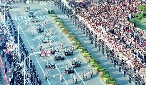 1990年11月に行われた、平成天皇即位の祝賀パレード=東京・祝田橋