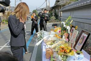 集団登校事故から7年となり、現場で営まれた法要で手を合わせる遺族=23日午前、京都府亀岡市