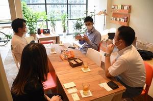 採用活動のオンライン化などについて意見を交わす参加者たち=6月29日、福井県福井市の「akeru」