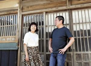 福井県美浜町など全国3カ所に拠点を置き、移動生活を送っている佐々木俊尚さん(右)と松尾たいこさん=同町久々子