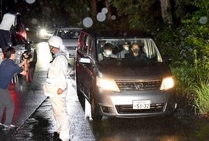 丹羽祐一容疑者を乗せ、遺体発見現場に向かう警察車両=7月2日午前4時20分、坂井市丸岡町山口