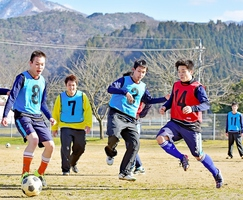 紅白戦で熱戦を繰り広げる福井FIDサッカークラブの選手=越前市の南越特別支援学校