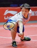 バドミントンのワールドツアーファイナルの女子シングルス準決勝、奥原希望と対戦する山口茜=12月15日、中国・広州