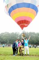 医療ケアが必要な子どもたちが楽しんだ気球体験=8月12日、長野県軽井沢町