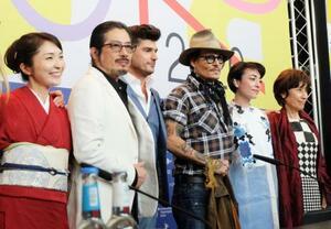 第70回ベルリン国際映画祭で映画「Minamata」の記者会見に臨む真田広之さん(左から2人目)、ジョニー・デップさん(同4人目)ら=21日、ベルリン(共同)