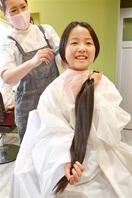 伸ばした髪 役立てて 金崎さん 「坂井 加戸小」…