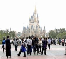 7月1日に営業を再開した東京ディズニーランド。修学旅行の定番だったが、感染リスクを考慮し多くの中学校が訪問先を変更している=千葉県浦安市