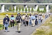 秋色の遊歩道てくてく 永平寺町 県内外500人ウオーク みんなで読もう