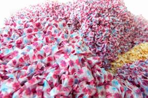 「mammamia」の拡大。一つ一つ手で結んで成形したミルキーの包み紙は、しわの質感にもこだわっている