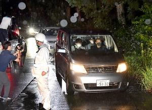 丹羽祐一容疑者を乗せ、遺体発見現場に向かう警察車両=2日午前4時20分、坂井市丸岡町山口