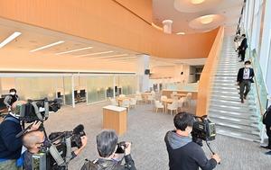 1階の本店営業部ロビー。木のぬくもりが感じられるデザイン=12月3日、福井県福井市順化1丁目
