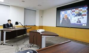 経済3団体とのテレビ会議であいさつする西村経済再生相(左)=1日午後、東京・永田町