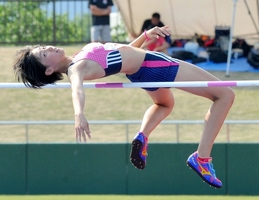 女子走り高跳びで1メートル76をクリアし、自身が持つ福井県記録を塗り替えた北陸高の蓑輪夢未=29日、福井県営陸上競技場