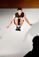 縄跳びの8重跳びに挑戦する森口明利さん=8月10日、福井県の福井市西体育館