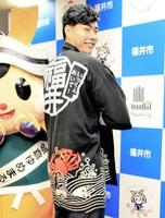 観光PR用のハッピを着る清水邦広選手=26日、福井市役所