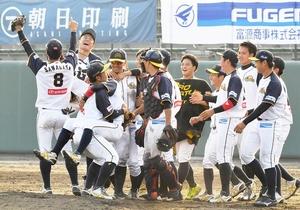 3年ぶり2度目の前期優勝を決め喜ぶ福井ミラクルエレファンツのナイン=6月21日午後5時20分ごろ、富山県の高岡西部総合公園野球場