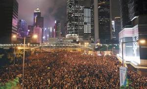 「逃亡犯条例」改正案の撤回を求め香港中心部の道路を埋めるデモ参加者ら=16日(共同)