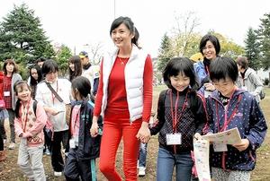 広報特使の藤原紀香さん(中央)とラリーを楽しむ子どもたち=14日、福井県福井市の左内公園