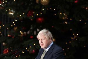 13日、ロンドンの首相官邸前で演説するジョンソン英首相(ゲッティ=共同)