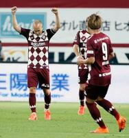 名古屋に勝利し、ガッツポーズで喜ぶ神戸・イニエスタ(左)=ノエスタ