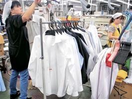 防臭加工を施した黒川クリーニング社のワイシャツ=福井県坂井市の本社工場