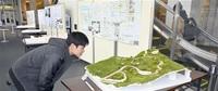 地域課題解決へ図面や模型披露 福大生が卒業設計展