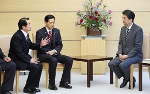安倍首相(右)と面会した地村保志さん(左)。中央は松崎晃治小浜市長=3月12日午後、首相官邸