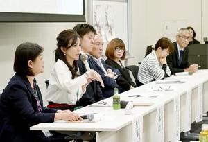 改正動物愛護管理法を考えるシンポジウムで現状を訴える杉本彩さん(左から2人目)=10月4日、東京・衆院第一議員会館