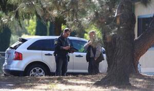 14日、銃撃事件があった米カリフォルニア州テハマ郡の小学校に到着した治安当局者ら(AP=共同)