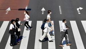横断歩道を渡るマスク姿の人たち=11日午後3時14分、東京・新宿