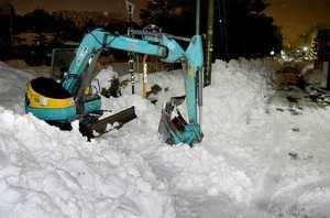 除雪作業中に死亡した男性オペレーターが乗っていた重機=10日午後10時50分ごろ、福井市大宮2丁目