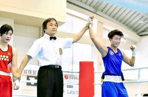 ボクシング成年女子フライ級で優勝し、ガッツポーズする福井の和田(右)=9日、愛媛県松前町の松前公園体育館