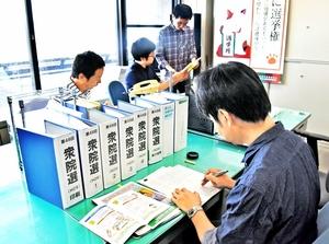 10月22日投開票が濃厚とされる衆院選に向け、休日返上で準備を進める福井県選管の職員=23日、福井県庁