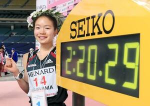 2時間20分29秒をマークして東京五輪代表に決まり、笑顔でポーズをとる優勝した一山麻緒=ナゴヤドーム(代表撮影)