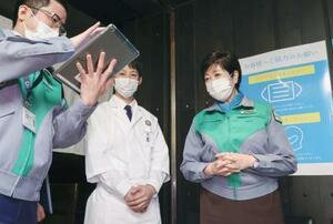飲食店を訪れ、新型コロナウイルス対策を確認した東京都の小池百合子知事(右)=19日午後、東京都新宿区(代表撮影)
