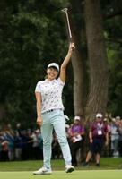 女子ゴルフのAIG全英女子オープンの最終ラウンド、18番でウイニングパットを決め、喜ぶ渋野日向子=4日、英ミルトンキーンズのウォバーンGC(AP=共同)